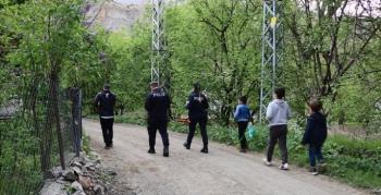 Polisler çocuklar için yollarda
