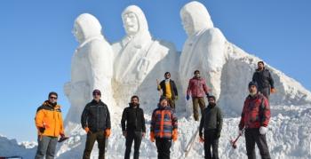 Şehitler anısına kardan heykel