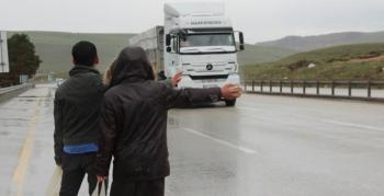 Yağmur altında ekmek parası mücadelesi