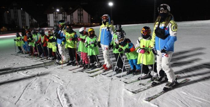 Sporcular gece kayağı ile yarışmalara hazırlanıyorlar