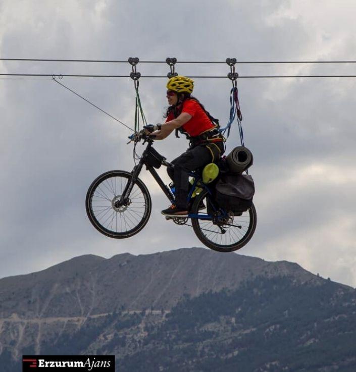 Bisikletiyle Zipline yaptı